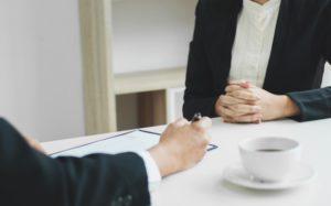 koncepcją-biznesową-kadry-kierowniczej-przy-biurku-dyskusji-sprzedaży-wynikow-w-biurze_1936-394