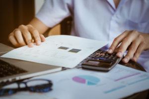 zamknij-się-biznesmen-przy-użyciu-kalkulatora-i-komputera-przenośnego-do-obliczania-z-finansow-papieru-podatku-rachunkowości-koncepcję-księgową_3535-38