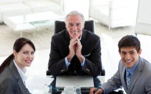 ludzie-biznesu-i-ich-menedżer-w-spotkaniu_13339-82233